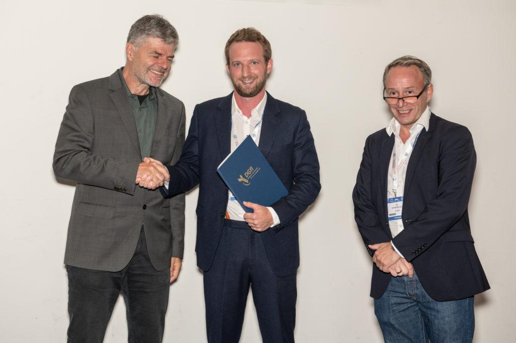 v.l.: Michael Lohoff (Präsident der DGfI), Jan Böttcher (Preisträger) und Tim Sparwasser (Preispate der DGfI)