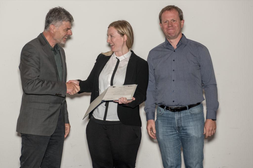 v.l.: Michael Lohoff (Präsident der DGfI), Susann Eichler (Preisträgerin) und Carsten Watzl (Generalsekretär der DGfI)