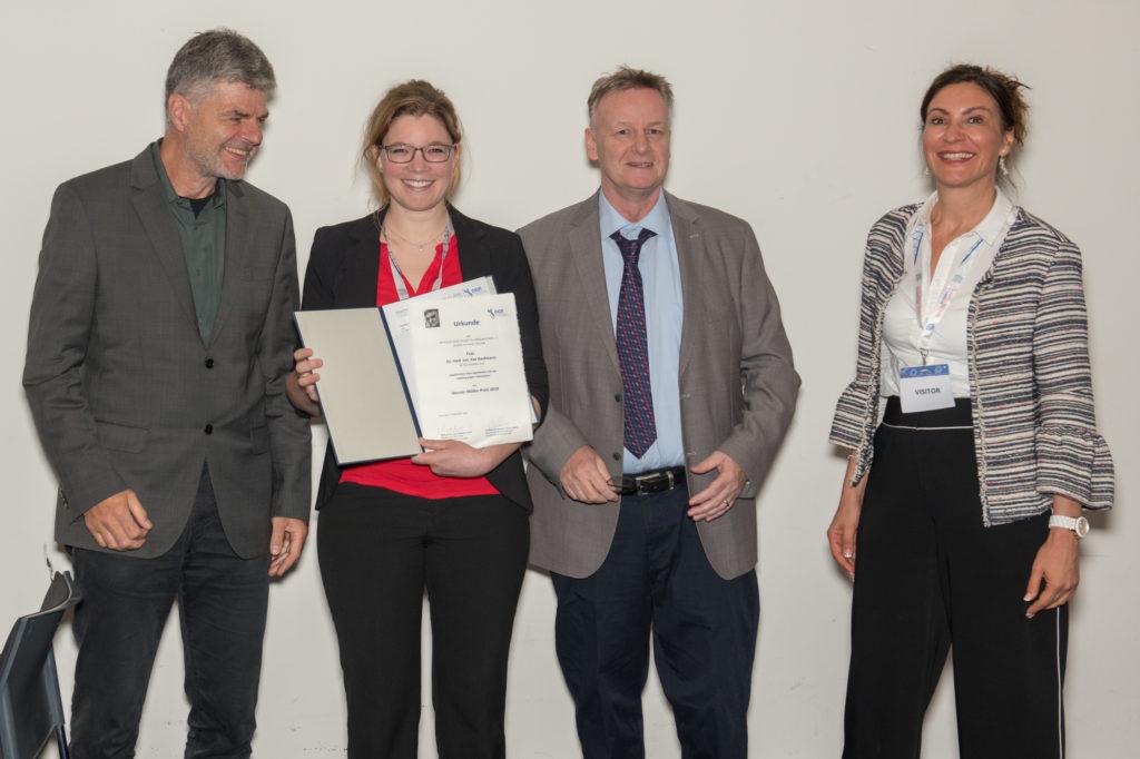 v.l.: Michael Lohoff (Präsident der DGfI und Preispate), Eva Kaufmann (Preisträgerin), Werner-Müller (Namensgeber des Preises) und Gloria Esposito (Trianni, Inc.)